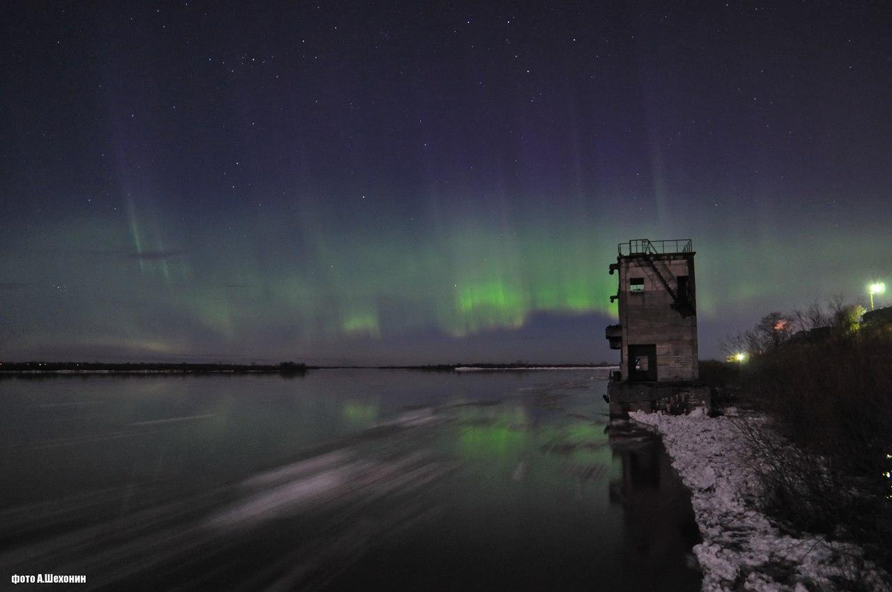 Тем же вечером, к зрелищу проплывающих льдин добавилось еще и полярное сияние! Такое можно увидеть только на севере!