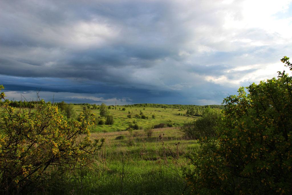 Удивительные краски порой создает сочетание тяжелых дождевых облаков и вечернего солнца.